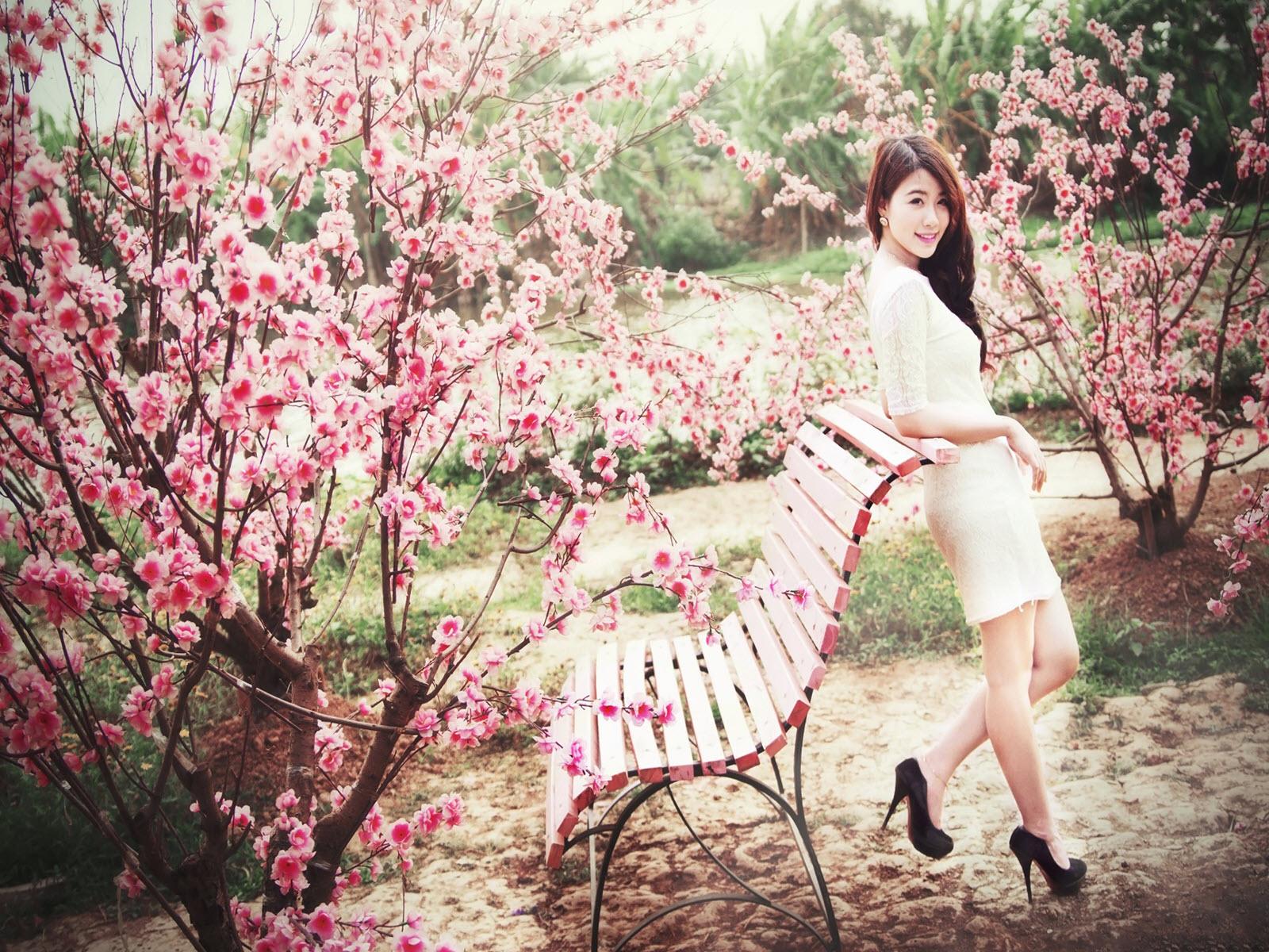 Hình nền hotgirl bên vườn đào