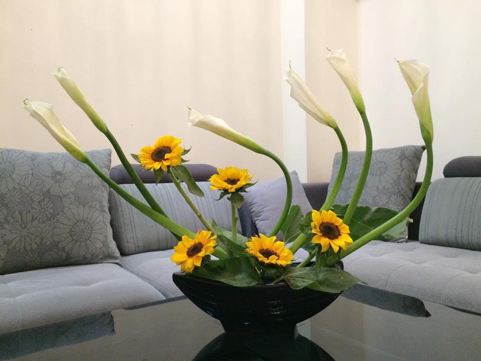 Mẫu cắm hoa đơn giản để bàn đẹp