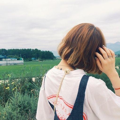 Hình ảnh con gái tóc ngắn sau lưng