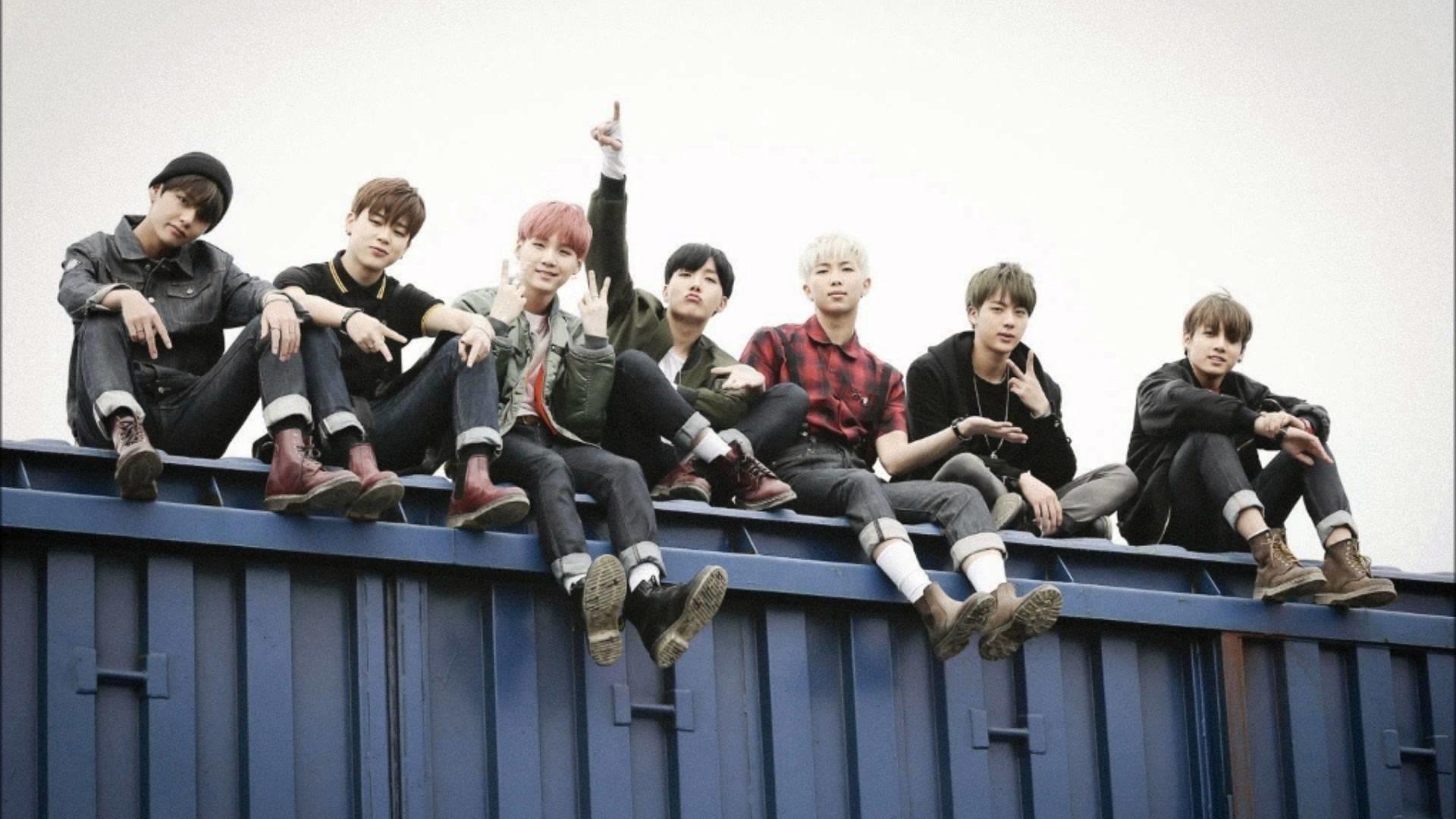 Ảnh nền BTS khi các thành viên đều ngồi trên một cái container màu xanh