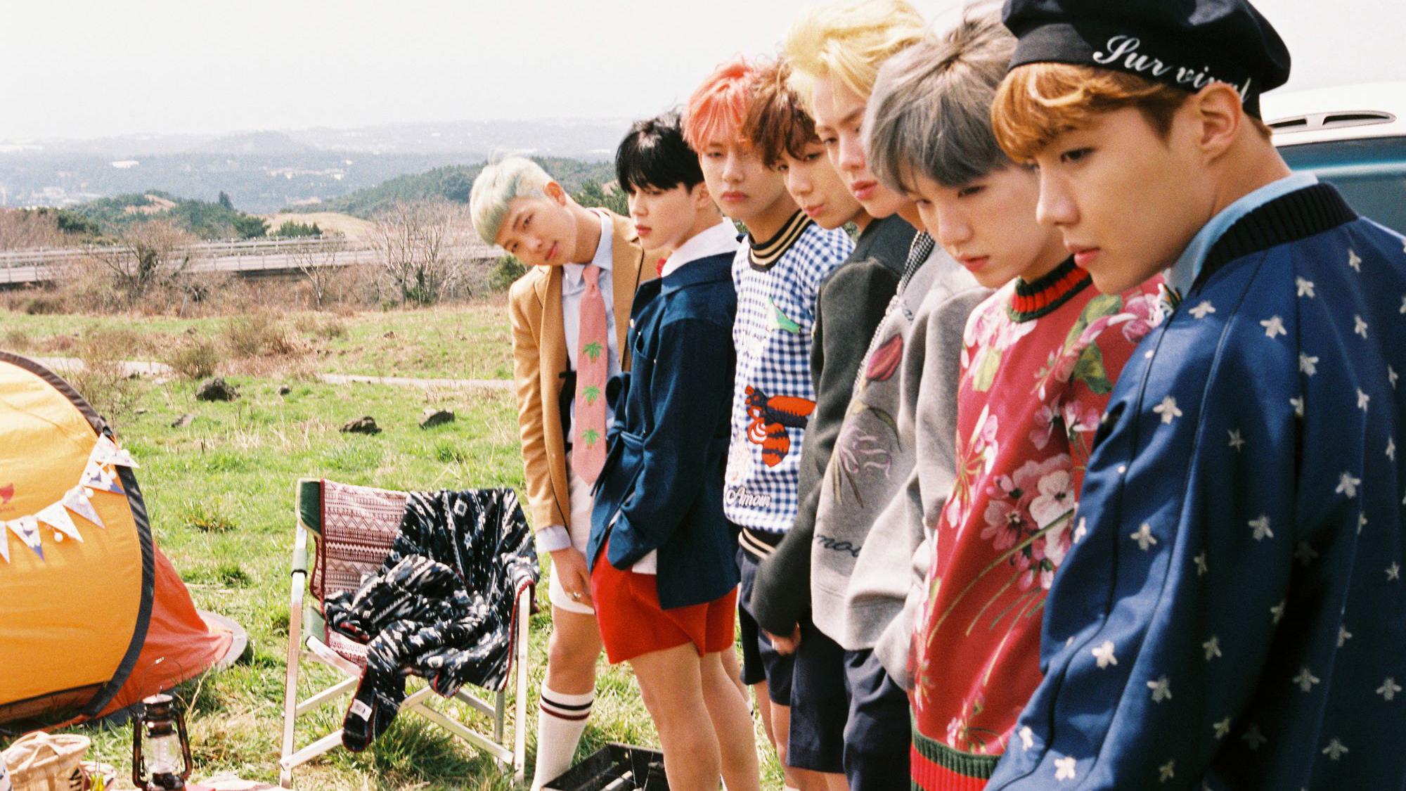 Ảnh nền BTS mọi người đang nhìn cái gì đó