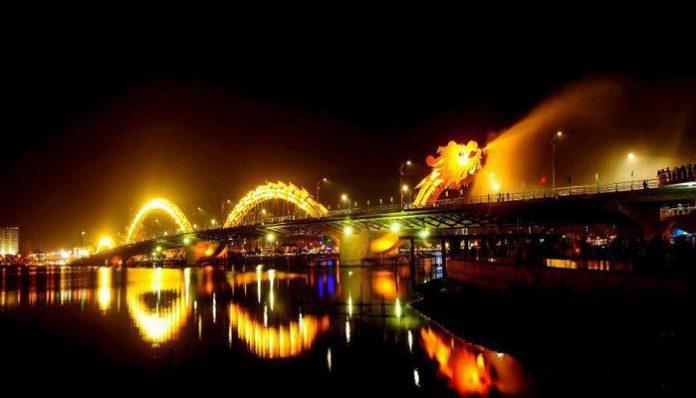 Hình ảnh cầu rồng Đà Nẵng phun nước