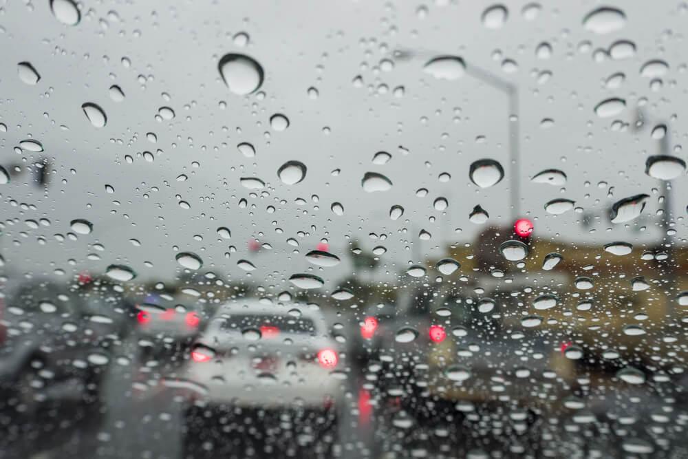 Hình ảnh trời mưa qua cửa ô tô đẹp