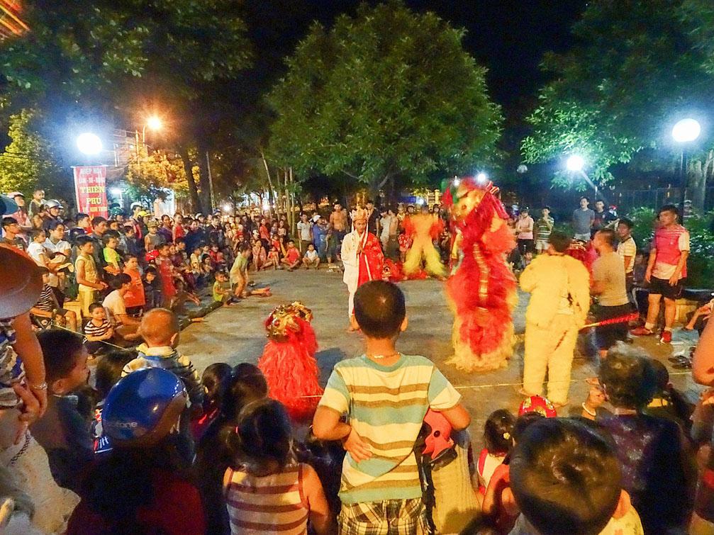 Hình ảnh múa lân đêm trung thu