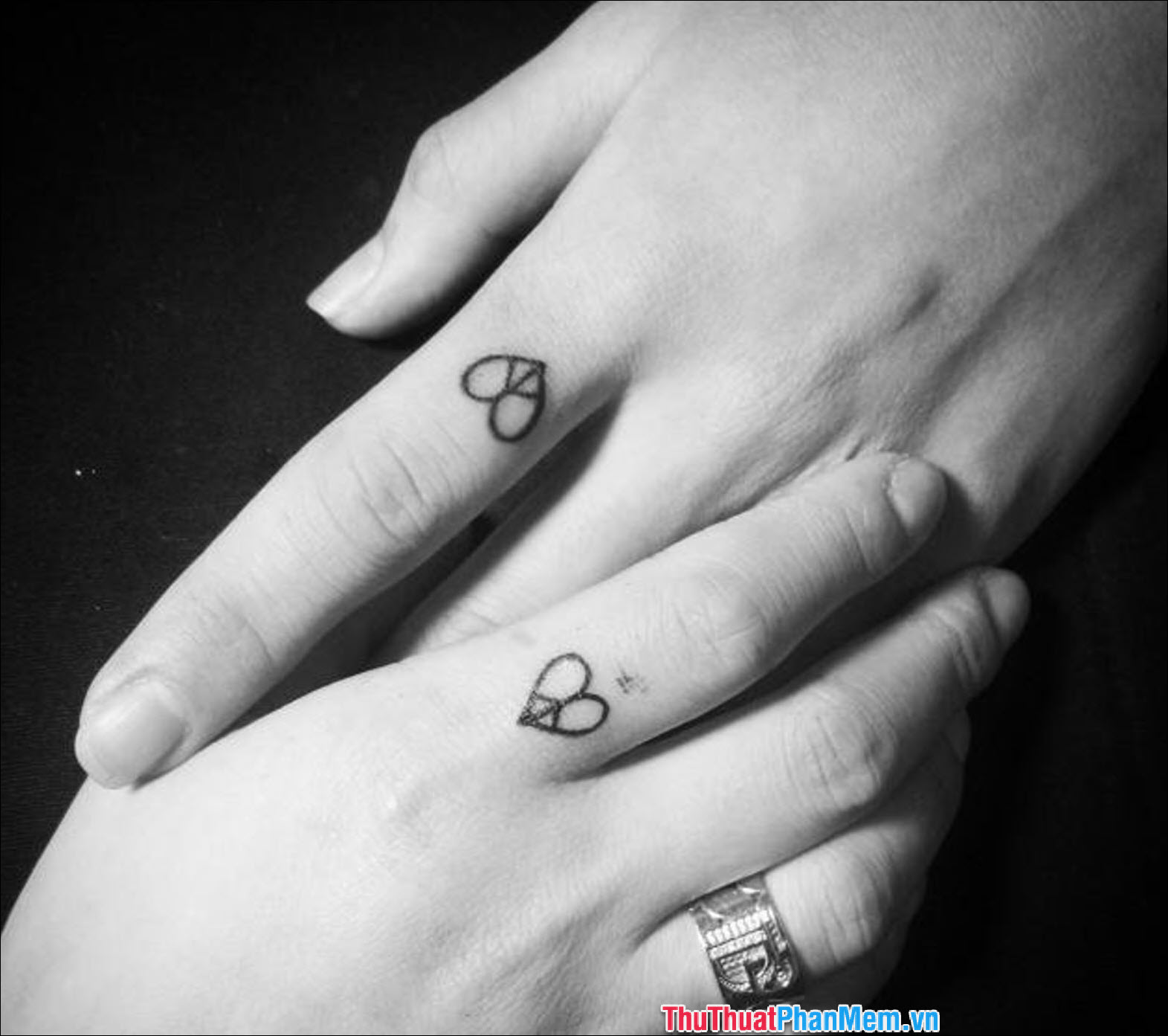 Hình xăm trái tim đơn giản ở ngón tay