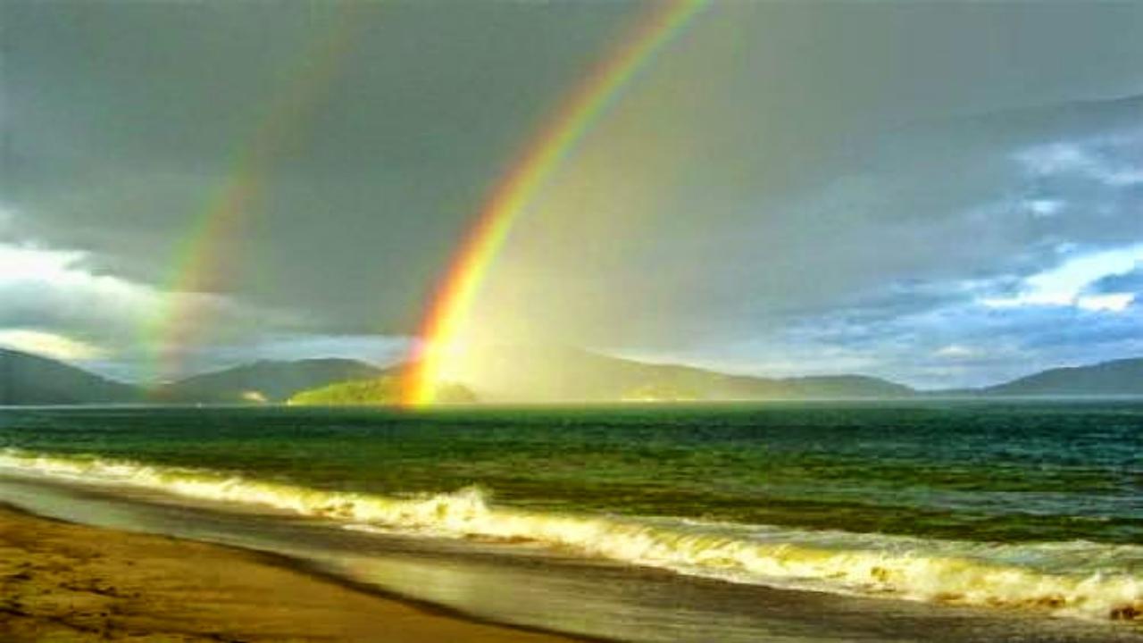 Hình ảnh cầu vồng và bờ cát sóng biển vỗ về