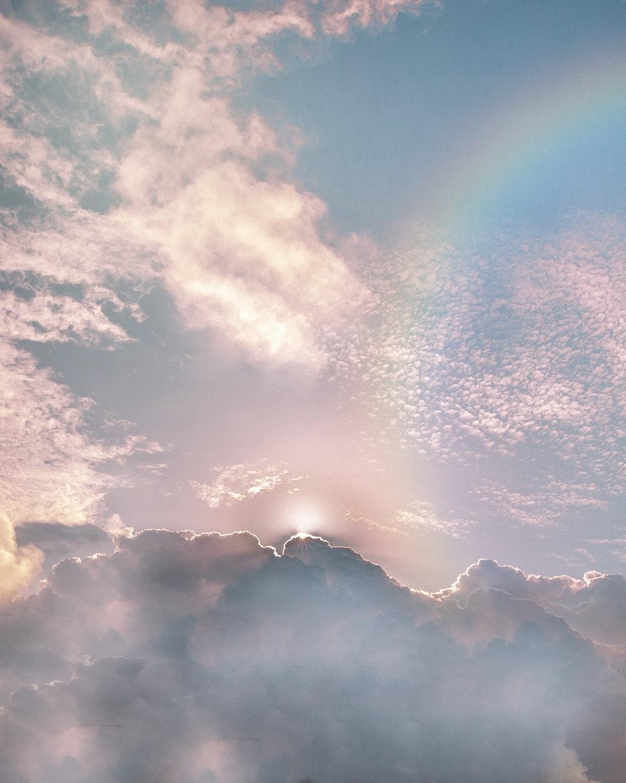 Hình ảnh cầu vồng với áng mây hồng